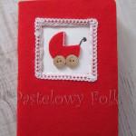 ALBUM NA ZDJĘCIA 04_filc czerwony, koronka biała, wózek, drewniane guziki,dla dzieci, chrzest, narodziny dziecka_01