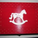 DOM-pudełko 03 - pamiątka chrztu, things to remember, skrzynka wspomnień, drewniane ręcznie malowane czerwone z białymi kropkami, konik na biegunah, zamykane _01