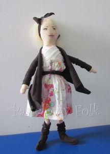 DZIECKO-lalka 01-Laleczka szyta z bawełny ubrana w białą sukienkę w kolorowe kwiatki, brązowy sweterek, kozaczki i opaskę. Twarz malowana, włosy wełniane-02