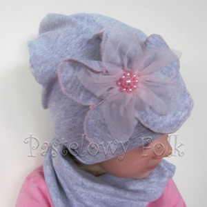 czapka dla dzieci 54- szara beanie z retro dużym kwiatem i różowymi perełkami, dziewczynka dzianina_05