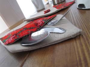 dom-kieszonka na sztućce 01- etui folkowa folk góralska len lniany czerwony tybet kwiatuszki różyczki kokardka kuchnia kuchenny jadalnia stół nakrycie zastawa serwetki serweta-06