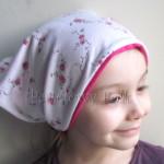 dziecko-chusteczka 14b-chustka na głowę pod szyję dzianinowa biała w rozyczki rozowe, fuksja pasek -01