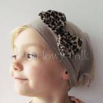 dziecko-chusteczka dla dziewczynki 03-chustka na głowę pod szyję retro beżowa brązowa kokardka cętki panterka czarne-01