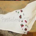dziecko-chusteczka dla dziewczynki 05-chustka na głowę pod szyję retro folk folkowa góralska dzianinowa ecru biały tybet pasek kwiatuszki czerwone różowe różyczki-01