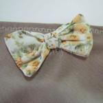 dziecko-chusteczka dla dziewczynki 07-mała chustka na głowę pod szyję retro dzianinowa beżowa brązowa kokardka pastelowa biała żółte kwiatuszki romantyczna-01