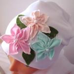 dziecko-czapka 116- biala 3 pastelowe kwiatki mietowy rozowy lososiowy listki filcowe, dzianinowa -02