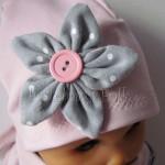 dziecko-czapka 121- brudny roz szary kwiat w biale kropeczki, guzik dzianinowa niemowleca -03