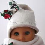 dziecko-czapka 156- ecru bezowa dzianinowa z biala kokarda, tybet w rozyczki, goralska w roze komin kokardki -04