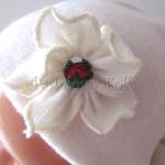 dziecko-czapka 157- ecru bezowa dzianinowa z kwiatem, tybet w rozyczki, goralska w roze komin kokardki -02