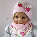 dziecko-czapka-183b-rozowa-w-biale-kropki-z-biala-kokarda-w-rozowe-roze-i-listki-komplet-komin-05