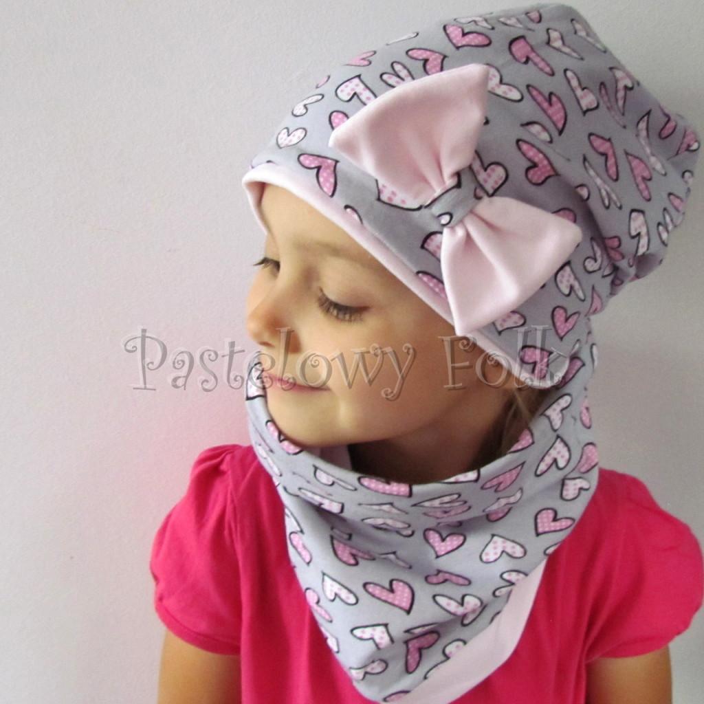 dziecko-czapka-201-szara-w-rozowe-serca-kropeczki-jasnorozowa-z-kokarda-komplet-chustka-komin-01