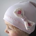 dziecko-czapka 21- jasnoróżówa kokardka ecru w kwiatki róże różowe, dzianinowa 05