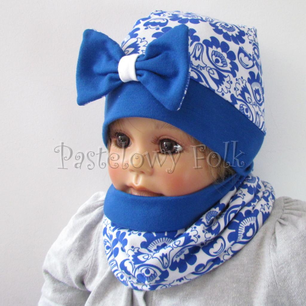 dziecko-czapka-247-biala-w-folkowy-ludowy-wzor-kwiatowy-niebieski-chabrowy-duza-kokarda-ultramaryna-komplet-komin-01