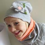 dziecko-czapka 30-beanie dzianinowa dla dziewczynki, szara z retro kwiatkiem i guzikiem łososiowymi -05