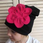 dziecko-czapka 61-dzianinowa dziecieca czarna beanie retro filcowy różowy kwiat-02