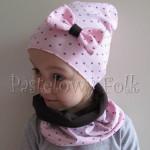 dziecko-czapka 66a-dzianinowa dziecieca różowa czapeczka w serduszka z kokardą, komplet komin-02