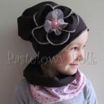 dziecko-czapka 66b-dzianinowa dziecieca br azowa czapeczka z retro różowym kwiatem z perełkami, komplet komin-02