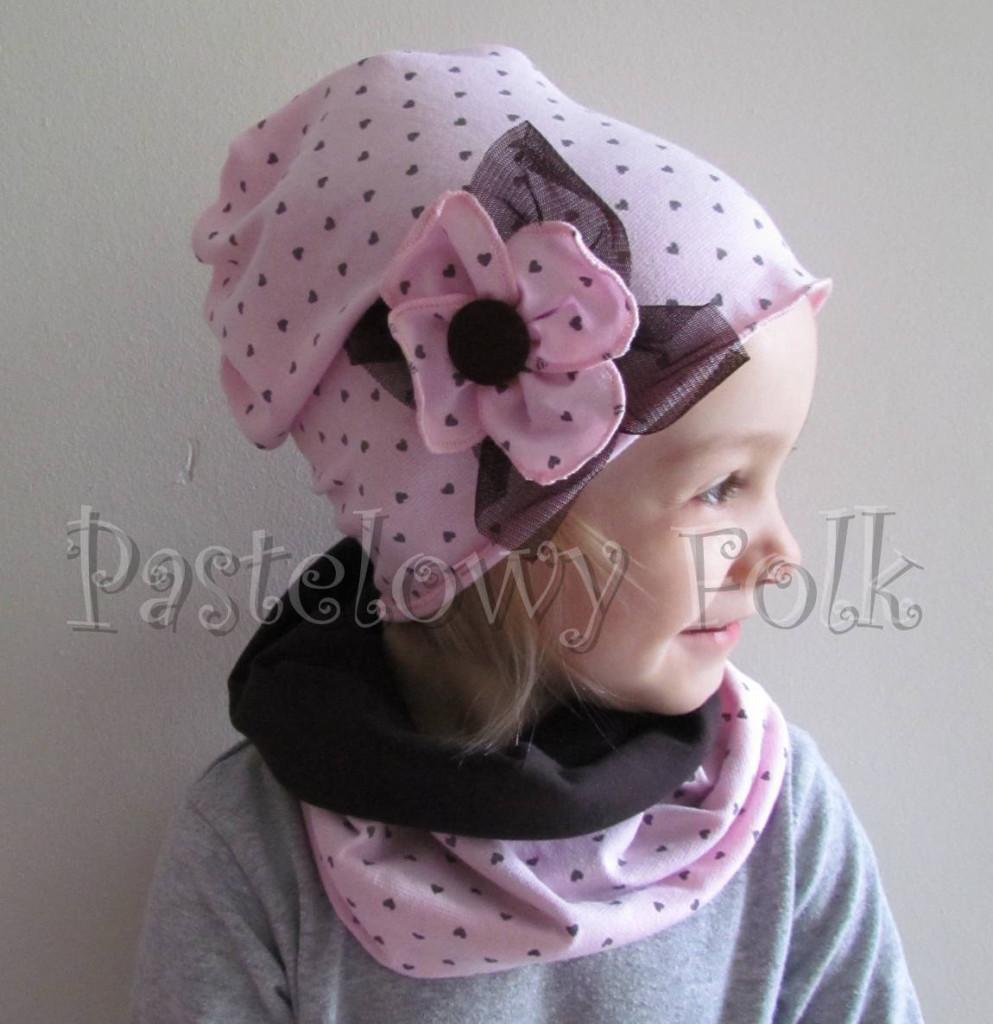 dziecko-czapka 66c-dzianinowa dziecieca różowa czapeczka w serduszka z retro różowym kwiatem ,brązowy komplet komin-01