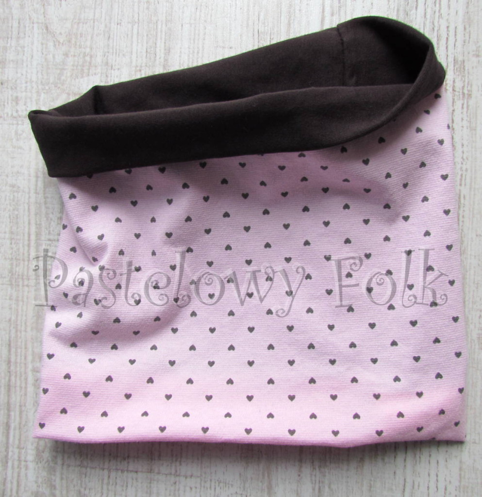 dziecko-czapka 66d-dzianinowa dziecieca różowa czapeczka w serduszka z brązową kokardą, komplet komin-04
