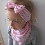 dziecko-czapka 66h-opaska chusteczka dzianinowa dziecieca różowa a w brązowe serduszka, z kokardką komplet-04