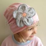 dziecko-czapka 95-rozowa w paski z szarym kwiatkiem i lososiowym guzikiem, dziewczynka _03