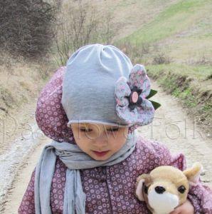dziecko-czapka dla dziewczynki 01-retro szara dzianinowa wiosenna jesienna kwiatek różowe kwiatuszki różyczki guzik zielone listki-01