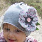 dziecko-czapka dla dziewczynki 01-retro szara dzianinowa wiosenna jesienna kwiatek różowe kwiatuszki różyczki guzik zielone listki-02