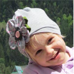 dziecko-czapka dla dziewczynki 01-retro szara dzianinowa wiosenna jesienna kwiatek różowe kwiatuszki różyczki guzik zielone listki-03