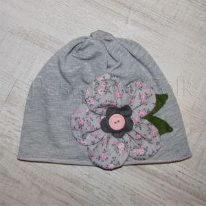 dziecko-czapka dla dziewczynki 01-retro szara dzianinowa wiosenna jesienna kwiatek różowe kwiatuszki różyczki guzik zielone listki-04