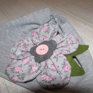 dziecko-czapka dla dziewczynki 01-retro szara dzianinowa wiosenna jesienna kwiatek różowe kwiatuszki różyczki guzik zielone listki-05