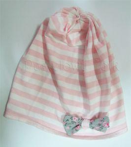 dziecko-czapka dla dziewczynki 03-retro dzianinowa wiosenna jesienna pastelowa paski paseczki różowa biała kokardka szara różowe kwiatuszki różyczki-01