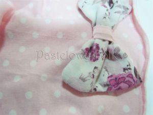 dziecko-czapka dla dziewczynki 04-retro dzianinowa wiosenna jesienna pastelowa kropki groszki kropeczki różowa biała kokardka różowe kwiatuszki różyczki-02