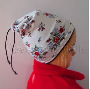 dziecko-czapka dla dziewczynki 08-retro folk biała brązowa czekoladowa dzianinowa wiosenna jesienna  czapeczka komin opaska kwiatuszki róże różyczki czerwone dwustronna-02