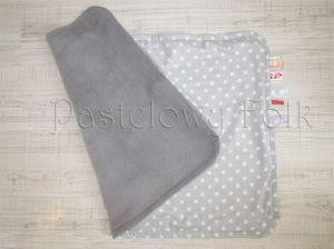 dziecko-kocyk 01-popielaty polar bawełna szara w białe groszki kropki do wózka łóżeczka pastelowy kolorowe metki 60x85cm-01