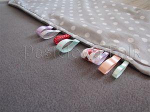 dziecko-kocyk 01-popielaty polar bawełna szara w białe groszki kropki do wózka łóżeczka pastelowy kolorowe metki 60x85cm-02