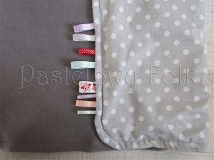 dziecko-kocyk 01-popielaty polar bawełna szara w białe groszki kropki do wózka łóżeczka pastelowy kolorowe metki 60x85cm-03