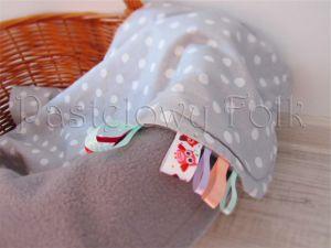 dziecko-kocyk 01-popielaty polar bawełna szara w białe groszki kropki do wózka łóżeczka pastelowy kolorowe metki 60x85cm-04