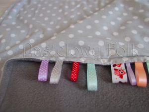 dziecko-kocyk 01-popielaty polar bawełna szara w białe groszki kropki do wózka łóżeczka pastelowy kolorowe metki 60x85cm-05