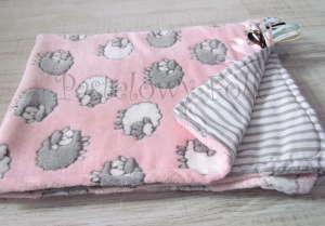 dziecko-kocyk 02- polar bawełna rozowy w białe i szare slodkie owieczki i paski do dziecinnego pokoju lozeczka pastelowy kolorowe metki 80x100cm-00 miniatura