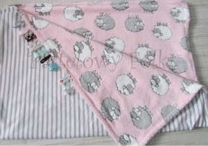 dziecko-kocyk 02- polar bawełna rozowy w białe i szare slodkie owieczki i paski do dziecinnego pokoju lozeczka pastelowy kolorowe metki 80x100cm-01