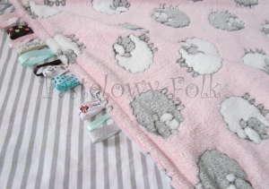 dziecko-kocyk 02- polar bawełna rozowy w białe i szare slodkie owieczki i paski do dziecinnego pokoju lozeczka pastelowy kolorowe metki 80x100cm-02