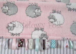 dziecko-kocyk 02- polar bawełna rozowy w białe i szare slodkie owieczki i paski do dziecinnego pokoju lozeczka pastelowy kolorowe metki 80x100cm-03