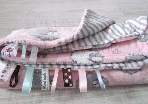 dziecko-kocyk 02- polar bawełna rozowy w białe i szare slodkie owieczki i paski do dziecinnego pokoju lozeczka pastelowy kolorowe metki 80x100cm-04