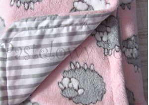 dziecko-kocyk 02- polar bawełna rozowy w białe i szare slodkie owieczki i paski do dziecinnego pokoju lozeczka pastelowy kolorowe metki 80x100cm-05