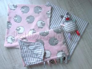 dziecko-kocyk 02- polar bawełna rozowy w białe i szare slodkie owieczki i paski do dziecinnego pokoju lozeczka pastelowy kolorowe metki 80x100cm poszewki jasiek 40x40 przytulak-06