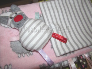 dziecko-kocyk 02- polar bawełna rozowy w białe i szare slodkie owieczki i paski do dziecinnego pokoju lozeczka pastelowy kolorowe metki 80x100cm poszewki jasiek 40x40 przytulak-08