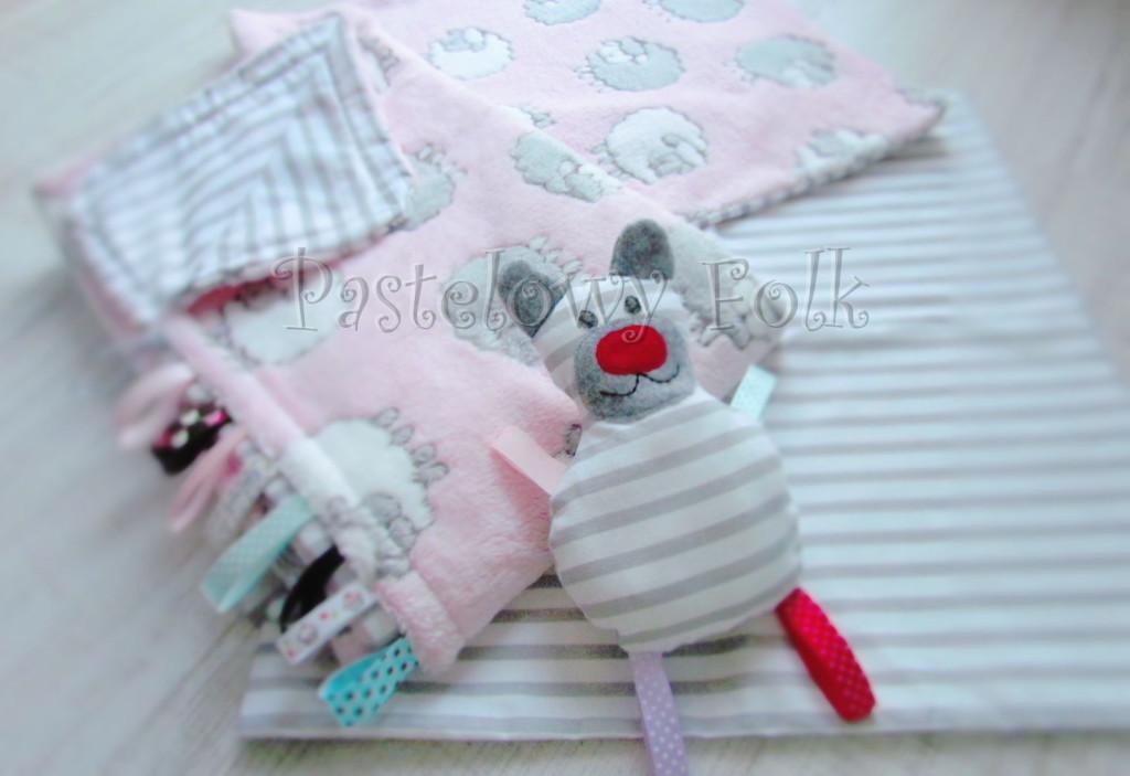 dziecko-kocyk 02- polar bawełna rozowy w białe i szare slodkie owieczki i paski do dziecinnego pokoju lozeczka pastelowy kolorowe metki 80x100cm poszewki jasiek 40x40 przytulak-09