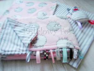 dziecko-kocyk 02- polar bawełna rozowy w białe i szare slodkie owieczki i paski do dziecinnego pokoju lozeczka pastelowy kolorowe metki 80x100cm poszewki jasiek 40x40 przytulak-10