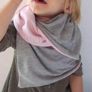 dziecko-komin dla dziewczynki 07-retro pastelowy szary różowy dzianinowy wiosenny jesienny zimowy chustka narzutka czapka opaska komplet-02