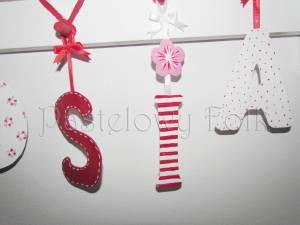 dziecko-literki 02-białe czerwone zawieszki tasiemki kropeczki kwiatuszki ręcznie malowane -03